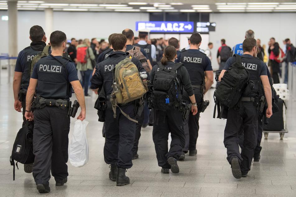 Obdachloser Asylbewerber fährt schwarz und schließt sich in Zug-Klo ein: Dann eskaliert die Situation richtig