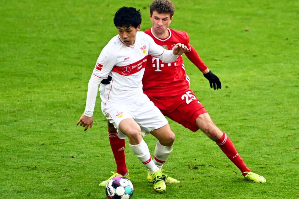 Wataru Endo (28, l.) vom VfB Stuttgart räumt gewohnt alles ab, hier setzt er sich gegen Bayerns Thomas Müller (31) durch.