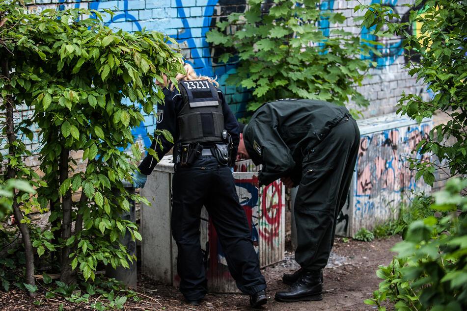 Polizeibeamte suchen im Park nach Drogen. (Symbolfoto)
