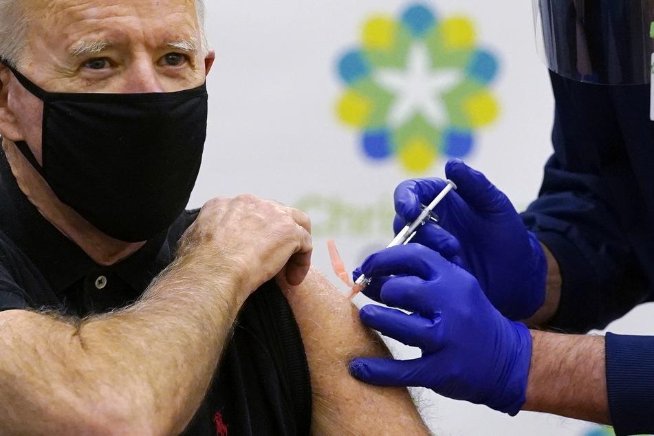 Joe Biden, designierter Präsident der USA, bekommt von einem Krankenpfleger seine zweite Impfung gegen das Coronavirus im ChristianaCare Krankenhaus in Newark.