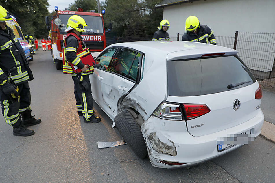 Auch der VW wurde durch den Crash massiv beschädigt.