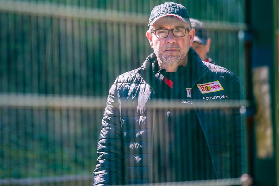 Unions Trainer Urs Fischer betritt den Trainingsplatz hinter verschlossener Tür.