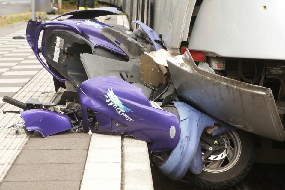 Der Rollerfahrer wurde etwa 100 Meter weit mitgeschleift.