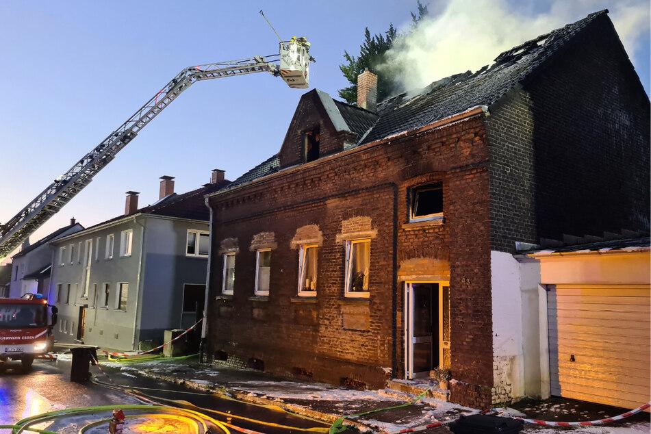 Eine Drehleiter kam zur Brandbekämpfung zum Einsatz.