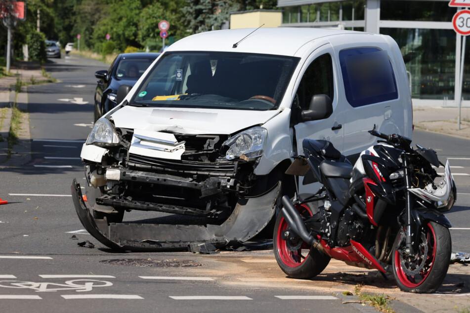 Klinik! Autofahrer (35) übersieht Motorradfahrer (19) und verletzt ihn schwer
