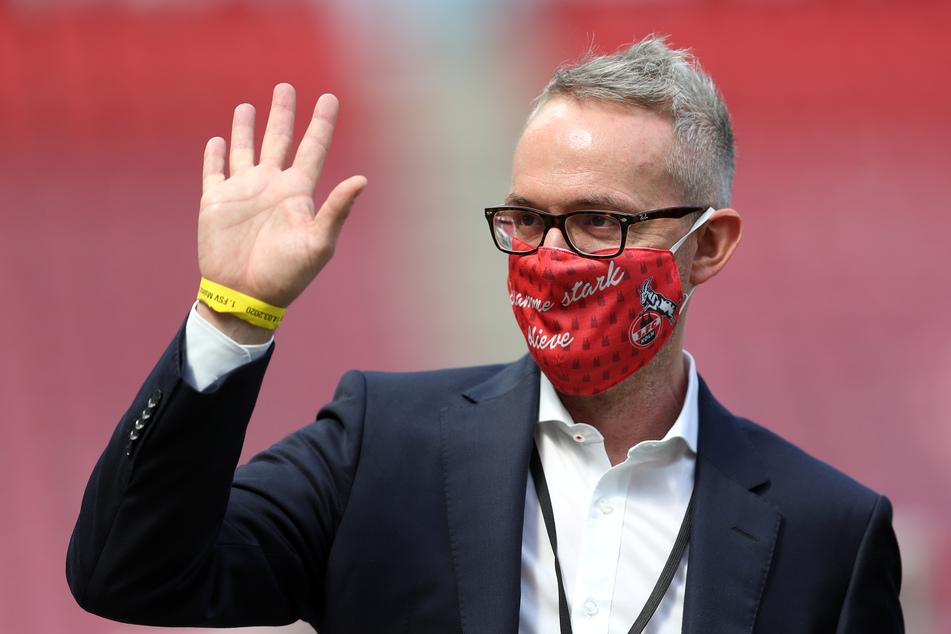 Alexander Wehrle (46), Geschäftsführer Sport beim 1. FC Köln, steht mit Maske im Stadion.