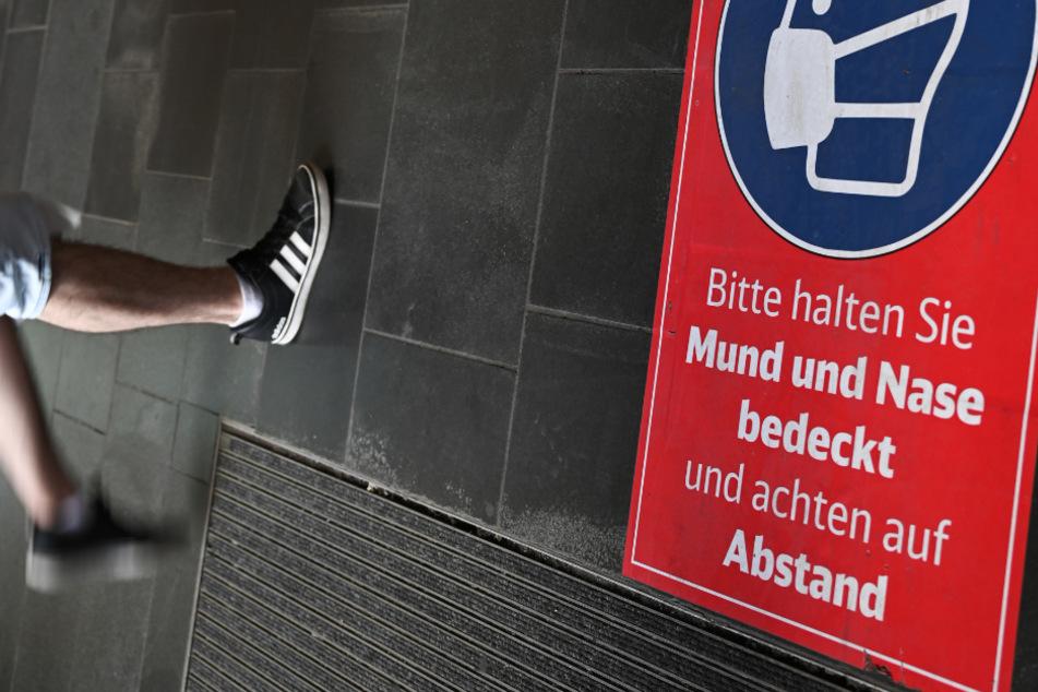 Ein Bodenaufkleber weist auf die geltenden Maßnahmen der Deutschen Bahn hin. (Symbolbild)