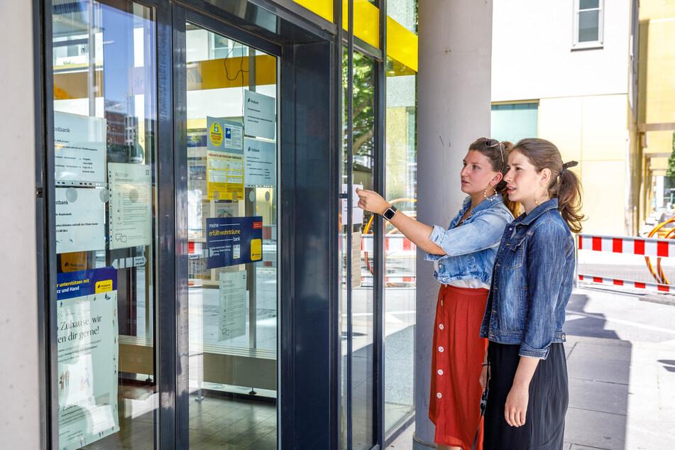 Kundenärger: Auch Dorothea Böttrich (26) und Jenny Knippa (24, links) konnten nicht wie geplant Geld abheben.