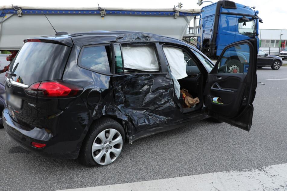 Die Seite des Wagens ist schwer vom Unfall gezeichnet. Airbags gingen auf.