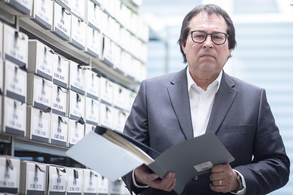 Oberstaatsanwalt Thomas Will, Leiter der Zentralen Stelle der Landesjustizverwaltungen zur Aufklärung nationalsozialistischer Verbrechen, steht in der Außenstelle des Bundesarchivs in Ludwigsburg zwischen den Akten.