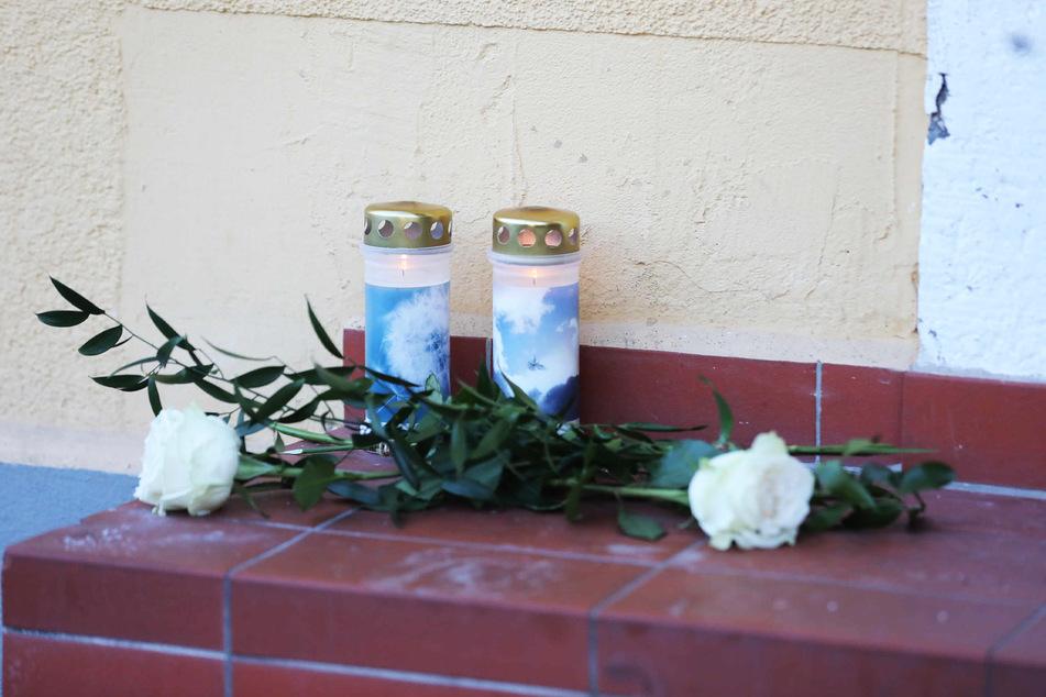 Kerzen erinnern an den verstorbenen Freitaler.