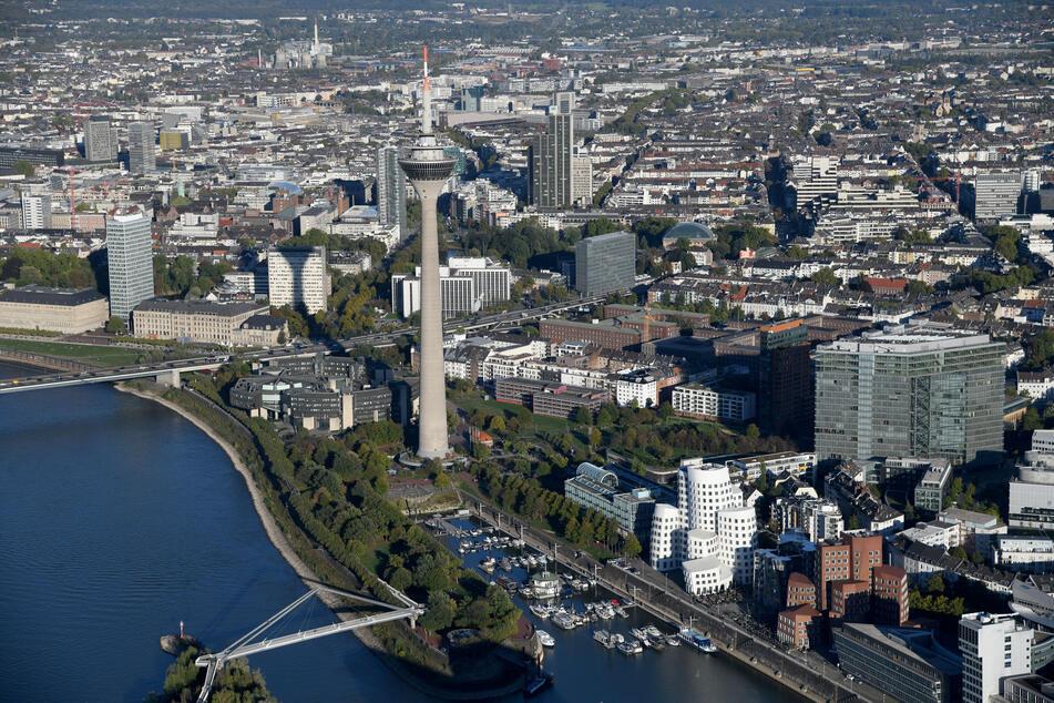 Auf dem Fürstenwall in Düsseldorf können Autofahrer ab sofort per Smartphone erkennen, wo sich freie Parkplätze befinden. (Symbolfoto)