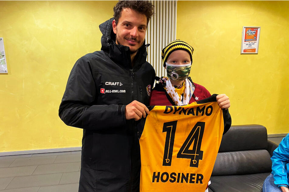 Dynamo-Stürmer Philipp Hosiner (31) überreichte der an Krebs erkrankten Tina (14) sein Trikot.