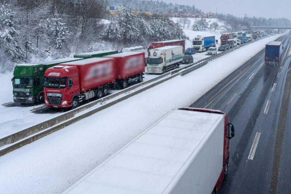 Mega-Stau! Starker Schneefall verursacht Chaos auf A72