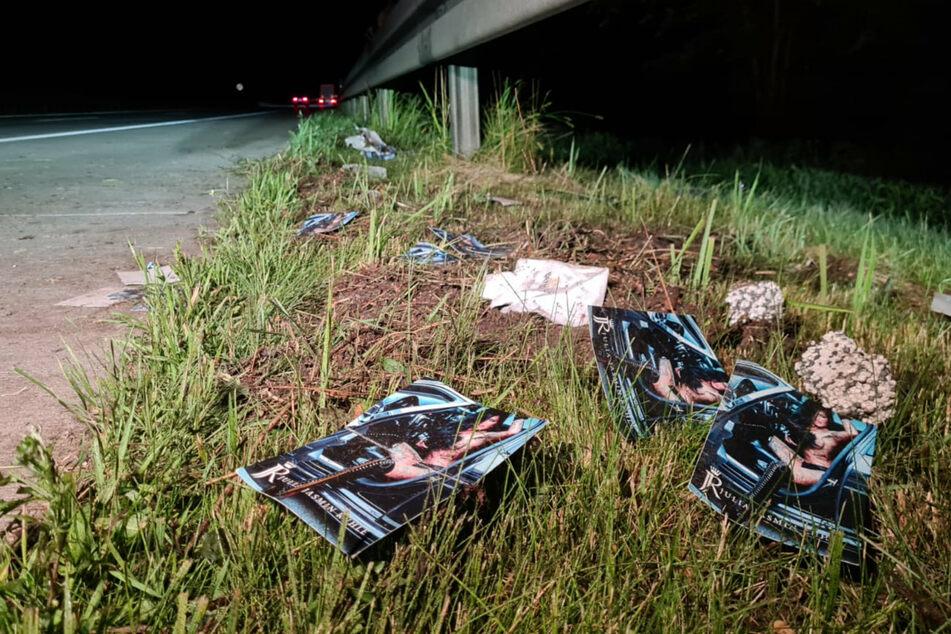 Schrecklicher Anblick: Überall liegen Autogrammkarten des Erotikmodels verstreut auf dem Boden der Unfallstelle.