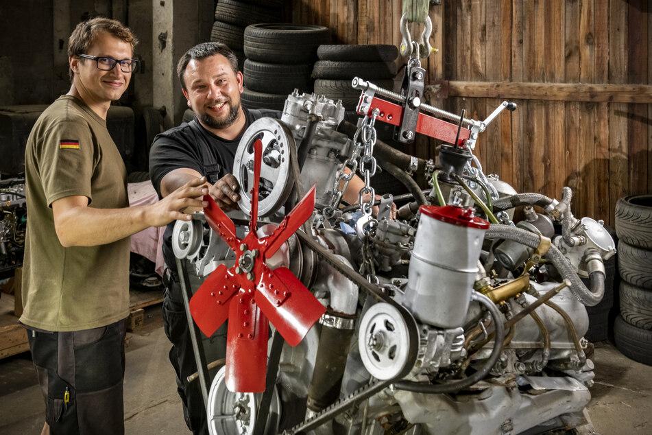 Sven Ullmann (26) und André Krumbiegel (36) haben beim Einbau des neuen, gut 800 Kilogramm schweren Motors für die Russenfräse geholfen.