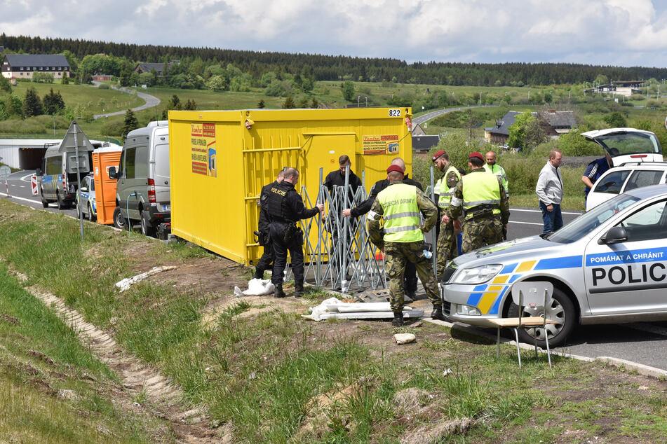 Tschechien macht auf: Grenzpolizisten bauten am Freitag diese Kontrollstelle bei Cinovec (Zinnwald) ab.