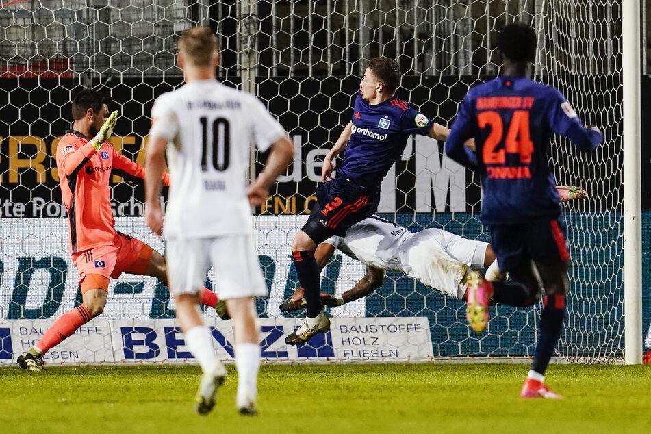 HSV-Verteidiger Moritz Heyer (M.) kann den Kopfballtreffer von Daniel Keita-Ruel (2.v.r.) zum 2:0 nicht verhindern. Dieses Tor machte am Ende den Unterschied aus.