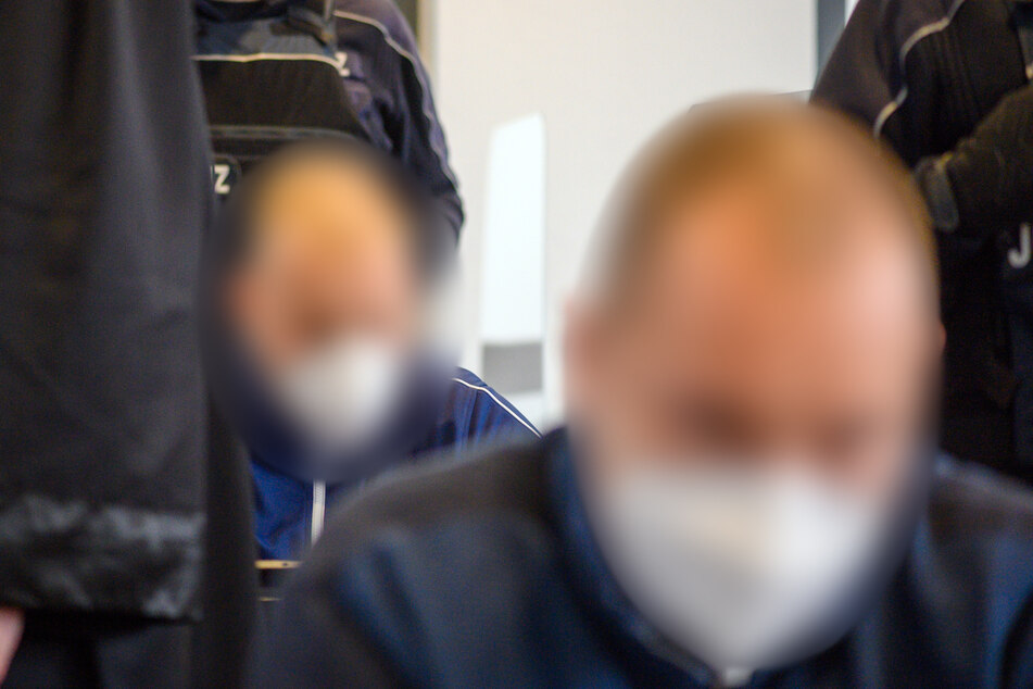 Denis K. (22, hinten) und Lukas S. (21) wurden am Dienstag im Magdeburg zu mehrjährigen Haftstrafen verurteilt. (Archivbild)
