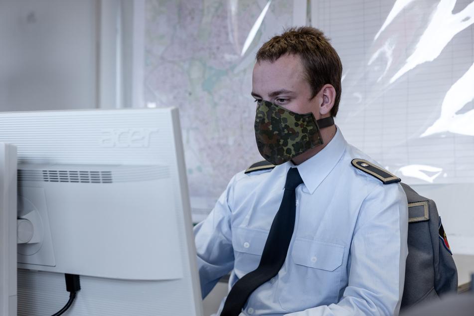 Ein Soldat der Bundeswehr hilft im Gesundheitsamt bei der Kontaktaufnahme zu Kontaktpersonen von gemeldeten Infizierten.