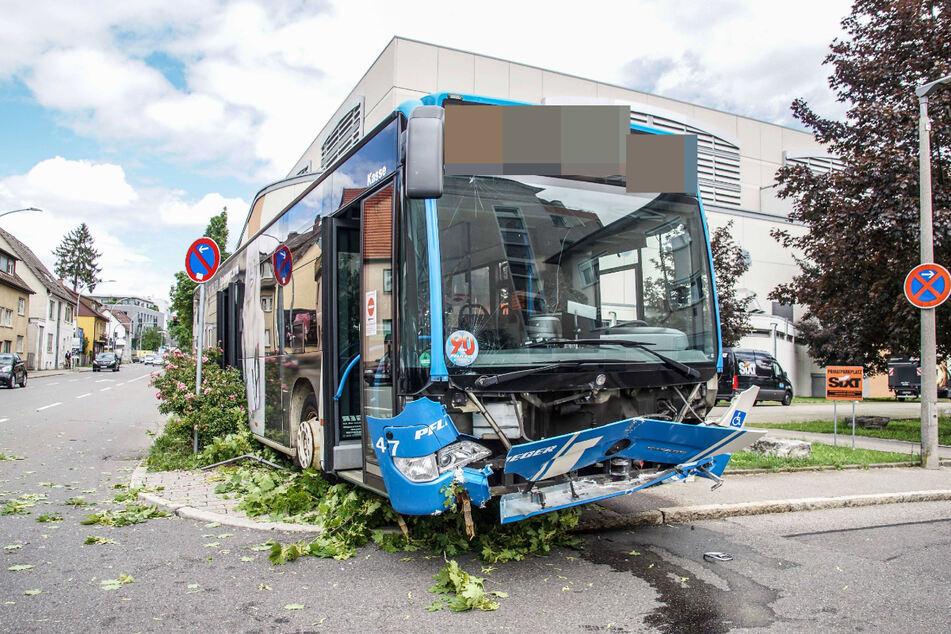 Der demolierte Linienbus.