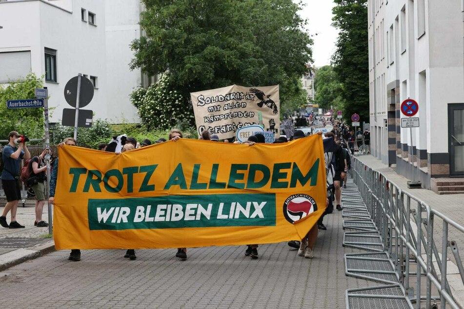 Die Demonstrationsteilnehmer ziehen durch Connewitz.