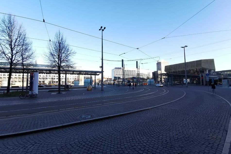 Nur vereinzelt sind Passanten auf dem Augustusplatz unterwegs.