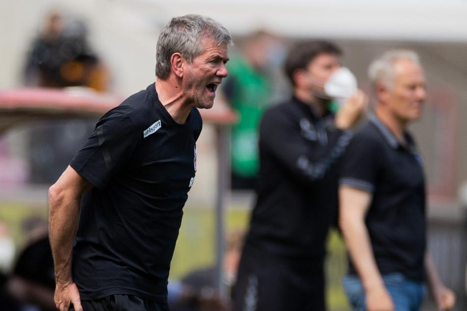 Trainer Friedhelm Funkel (67) hofft in den letzten zwei Saisonspielen auf sechs wichtige Punkte für den Klassenerhalt des 1. FC Köln.