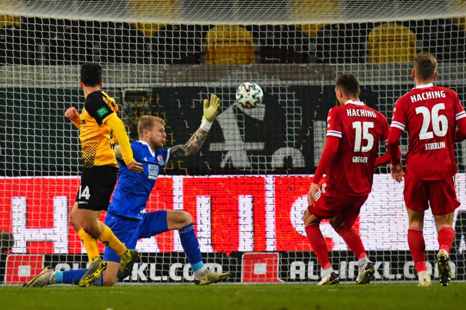 Stürmer Philipp Hosiner (l.) erzielt in dieser Szene das 2:0 für Dynamo.