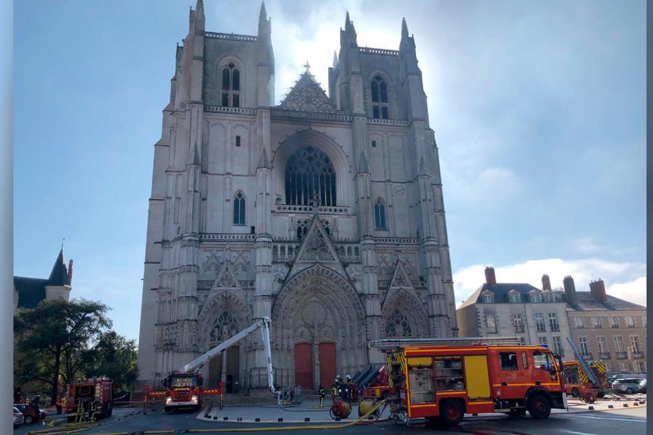 Einsatzkräfte der Feuerwehr vor der französischen Kathedrale.