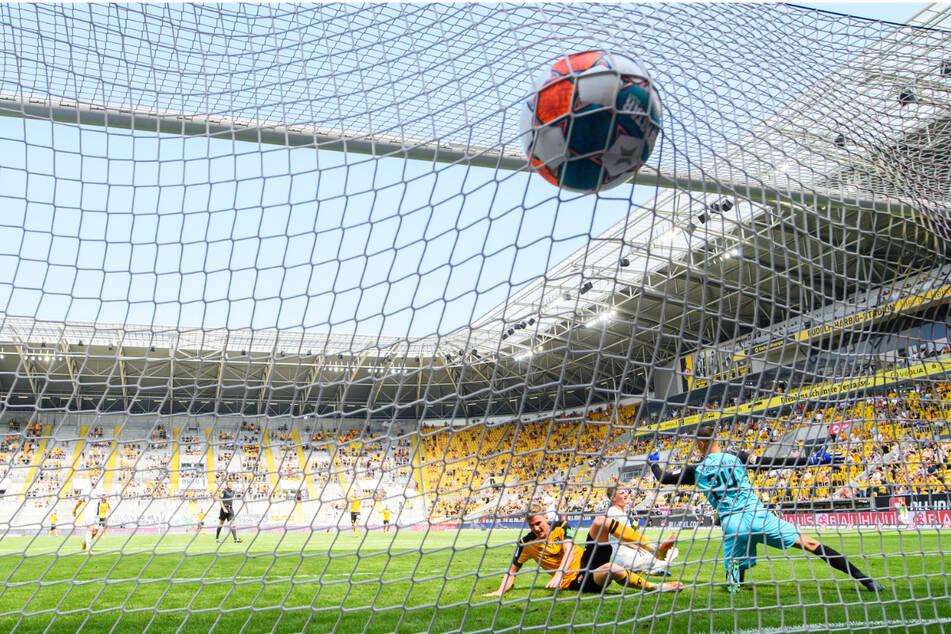 Da zappelt der Ball im Netz! Christoph Daferner (23, u., l.) hat gerade zum 1:0 getroffen.