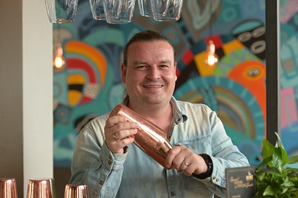 """Ist seiner Leidenschaft treu geblieben: Der frühere """"Stadtkeller""""-Barchef Lars Höppe (41) mixt heute in seiner """"Ponytail Bar""""."""