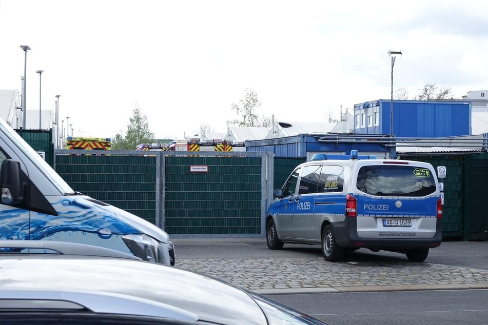 Einsatzwagen der Dresdner Polizei vor den Toren der Flüchtlingsunterkunft.