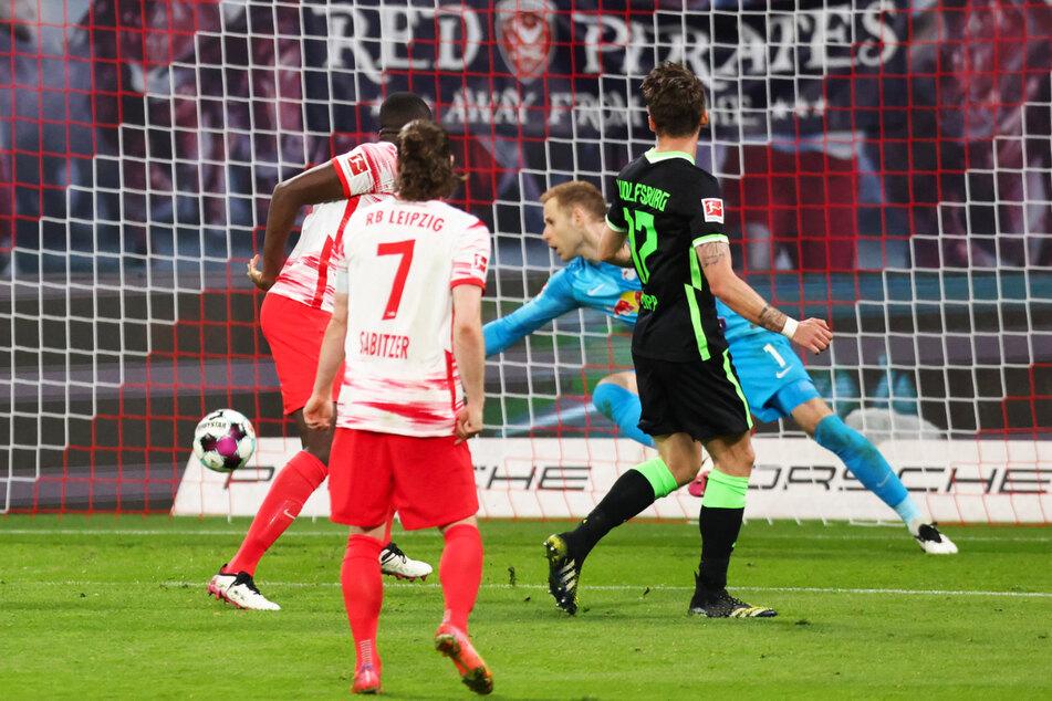 Maximilian Philipp (2.v.r.) war vor RB-Verteidiger Ibrahima Konate (l.) am Ball und schoss ihn zum 2:0 für den VfL Wolfsburg über die Linie.