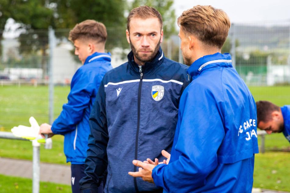 Andreas Patz (M.) im Gespräch mit Kapitän Maximilian Oesterhelweg (31, r.). Der bisherige U19-Coach hat die Profimannschaft vom beurlaubten Dirk Kunert übernommen.