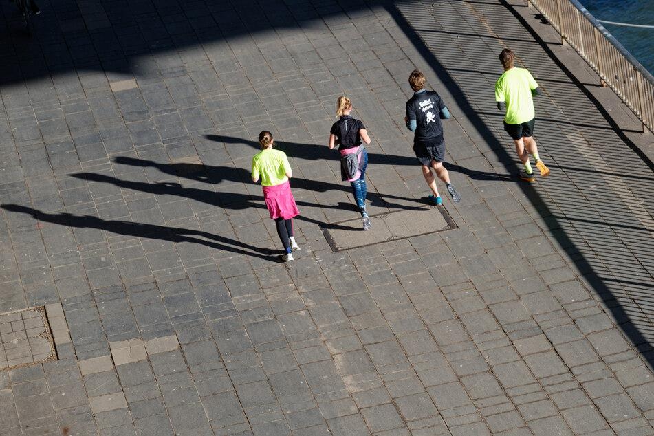 Sport im Freien darf in kleinen Gruppen getrieben werden. Ähnlich sieht es beim Musikunterricht in Präsenz aus. (Symbolbild)