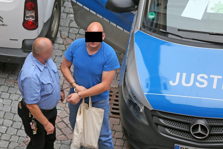 Oto V. (41) wurde aus der JVA Dresden zum Prozess nach Zwickau gebracht.