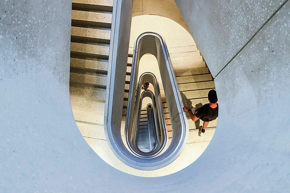 Ein Treppenhaus in Schnecken-Optik. Fahrstühle gibt es natürlich auch in der SAB-Zentrale.