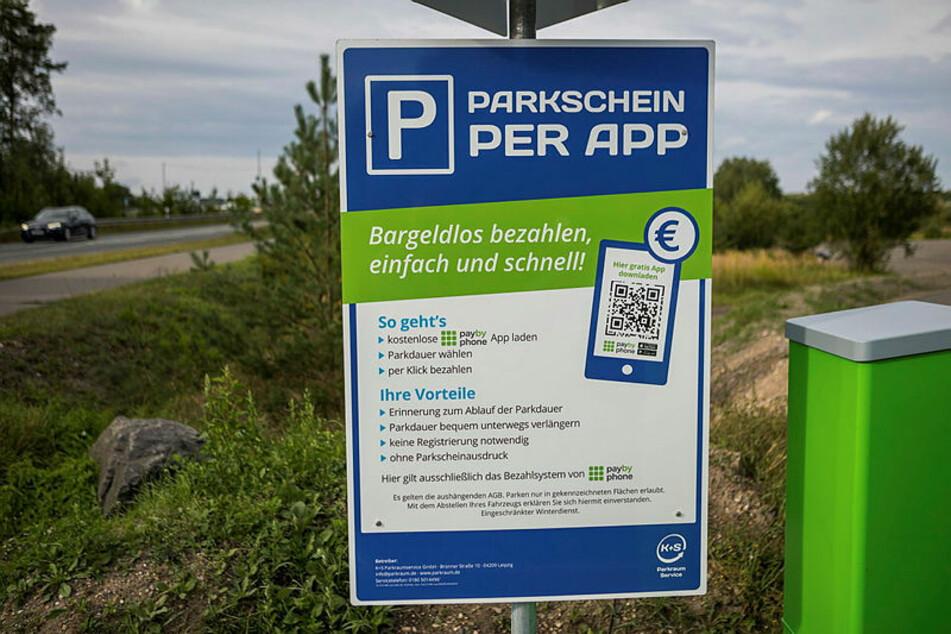 Schilder preisen das Zahlen per Handy an. Das mögen aber viele Sachsen nicht.