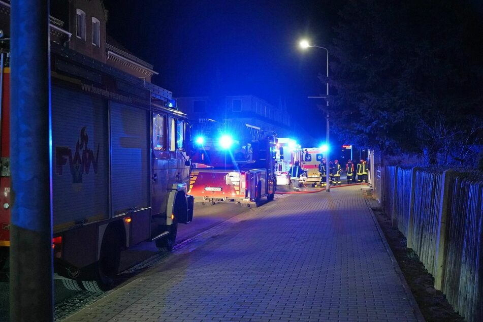 Die Feuerwehr löschte das Feuer in der Wohnung.