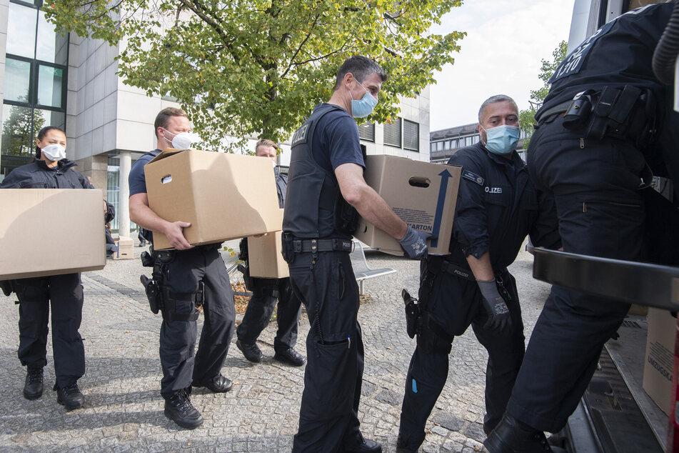 Bei den Razzien wurden unter anderem kartonweise Unterlagen beschlagnahmt, so auch im niedersächsischen Garbsen.