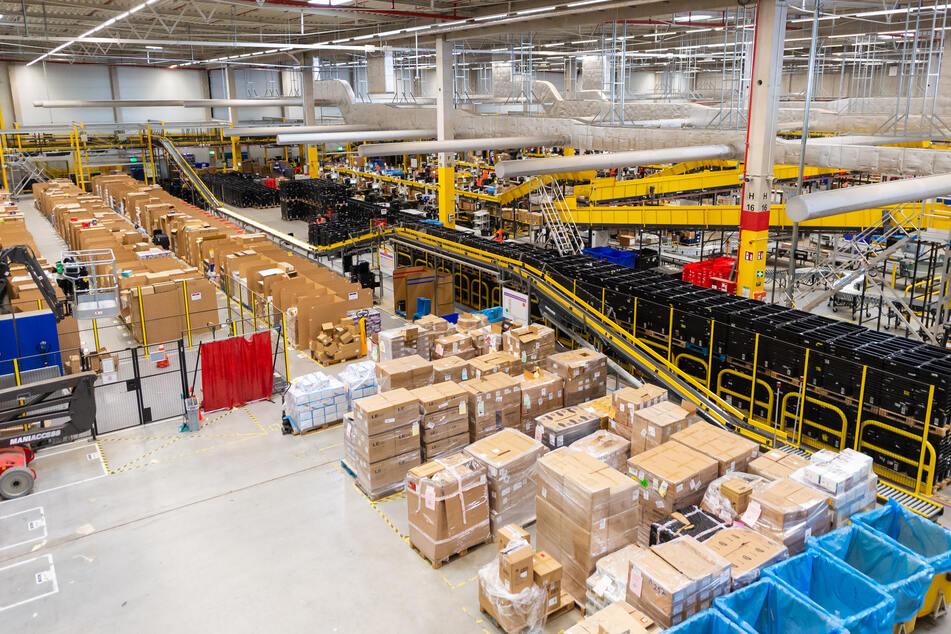Ware steht in einem Amazon-Logistikzentrum. Insgesamt zwei Millionen gefälschte Artikel wurden aus dem Verkehr gezogen.