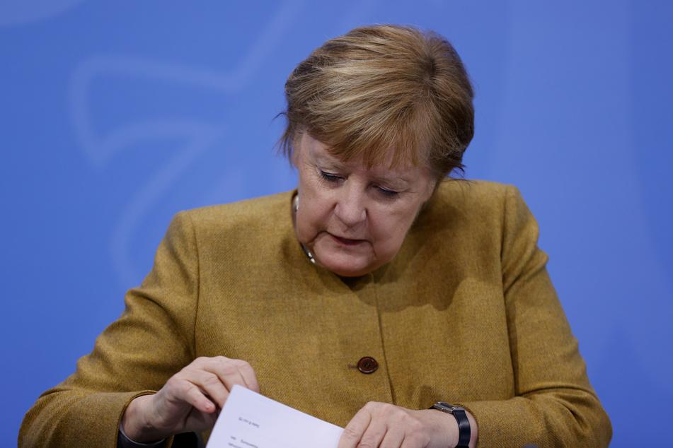 Bundeskanzlerin Angela Merkel (CDU) schaut in der Pressekonferenz in ihre Unterlagen.