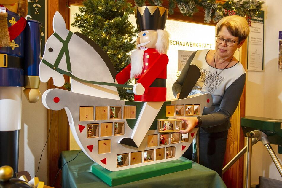 Geschäftsführerin Andrea Glöckner (57) nimmt eine Kästchen aus dem fast 1000 Euro teuren Schaukelpferd-Adventskalender heraus.