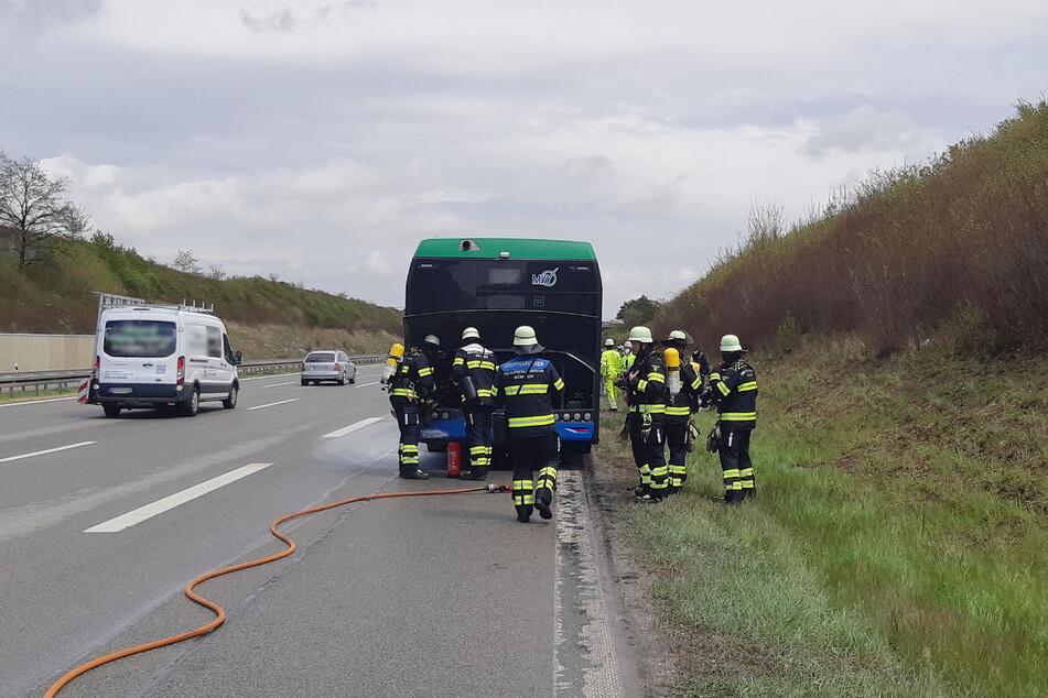 Feuerwehrleute stellen sicher, dass der Brand gelöscht wurde.