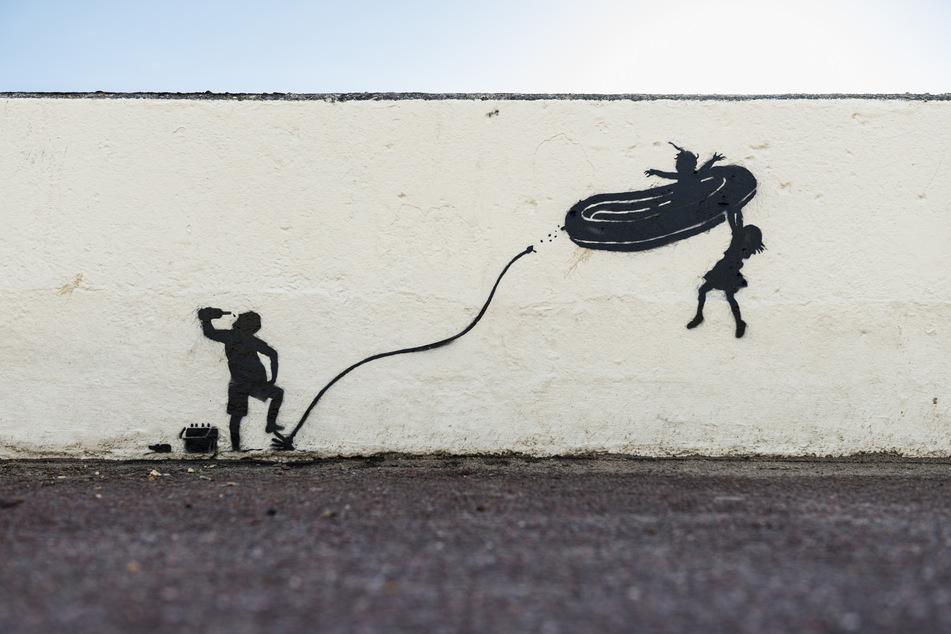 Ein Werk des berühmten Grafitti-Künstlers Banksy an der Promenadenmauer am Strand nahe der ostenglischen Stadt Great Yarmouth.