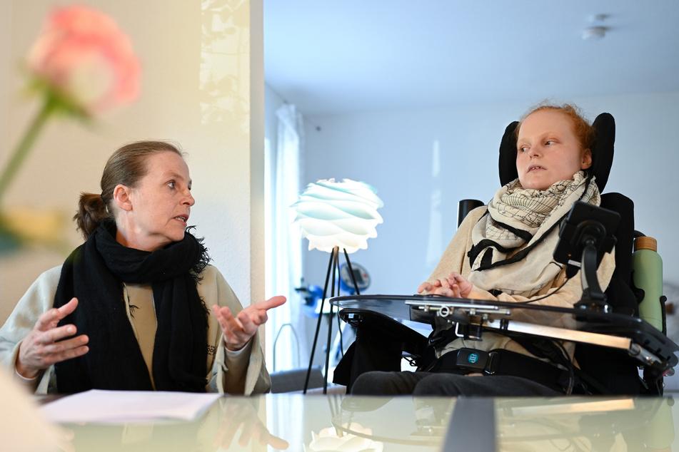 Martina Seibert und ihre Tochter Ella zuhause im Gespräch. Die bald 18 Jahre alte Teenagerin leidet an Spinaler Muskelatrophie.