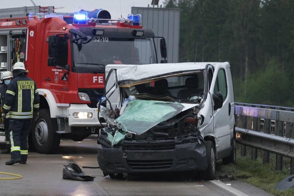 Rettungskräfte arbeiten an der Unfallstelle neben dem völlig zerstörten Fahrzeug. Die Sechsjährige wurde in dem Wrack eingeklemmt.