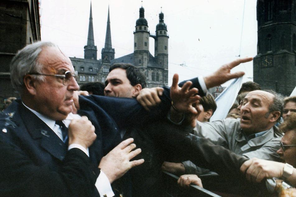 Wütende, enttäuschte, arbeitslose Demonstranten bewarfen im Mai 1991 in Halle Bundeskanzler Helmut Kohl mit Eiern.