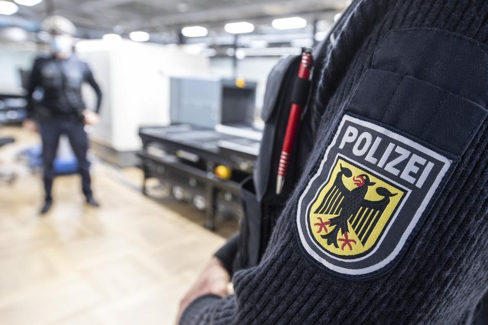 Schrecklicher Verdacht: Als Mann Flugzeug verlässt, klicken sofort die Handschellen